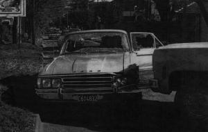 El parabrisas y las ventanillas del auto de los herederos, tras las ráfagas de ametralladora.